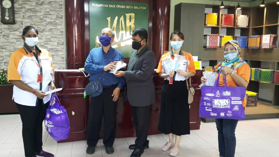 Agihan Pelitup Muka KK [October 15] Malaysian Association for the Blind (MAB) Kuala Lumpur, Mr. George Thomas (General Manager).